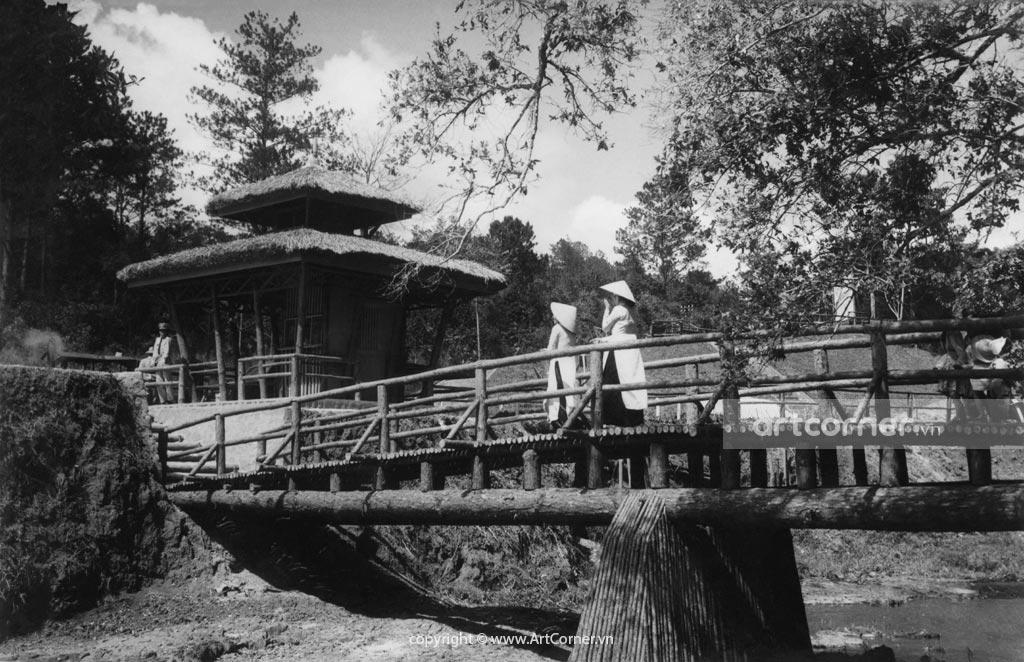 Đà Lạt xưa - Cầu gỗ vào thác Prenn - Đà Lạt - 1954