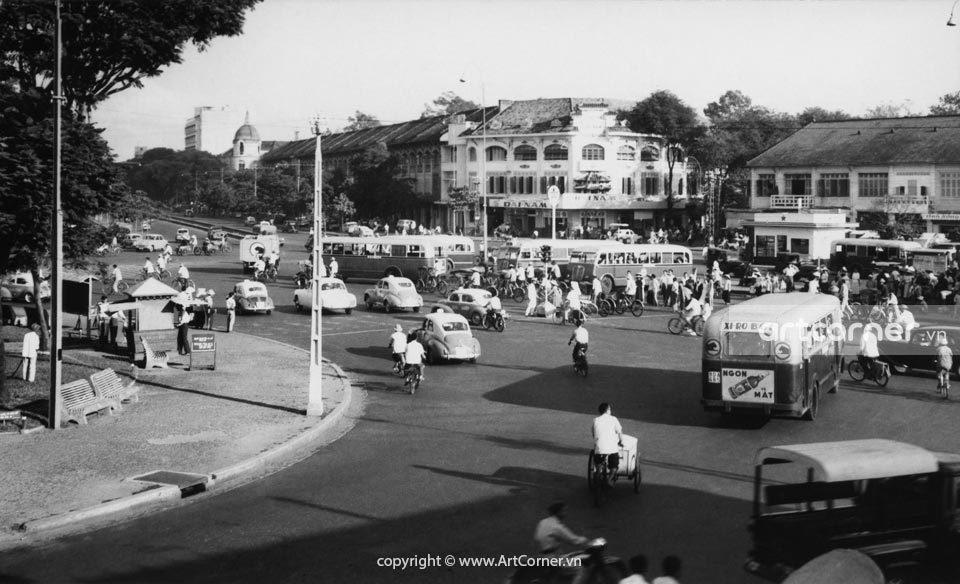 Sài Gòn xưa - Sài Gòn streets looking down to Hàm Nghi street and Công Quản bus station - Đường phố Sài Gòn, nhìn về phía đường Hàm Nghi và bến xe buýt Công Quản - 1957