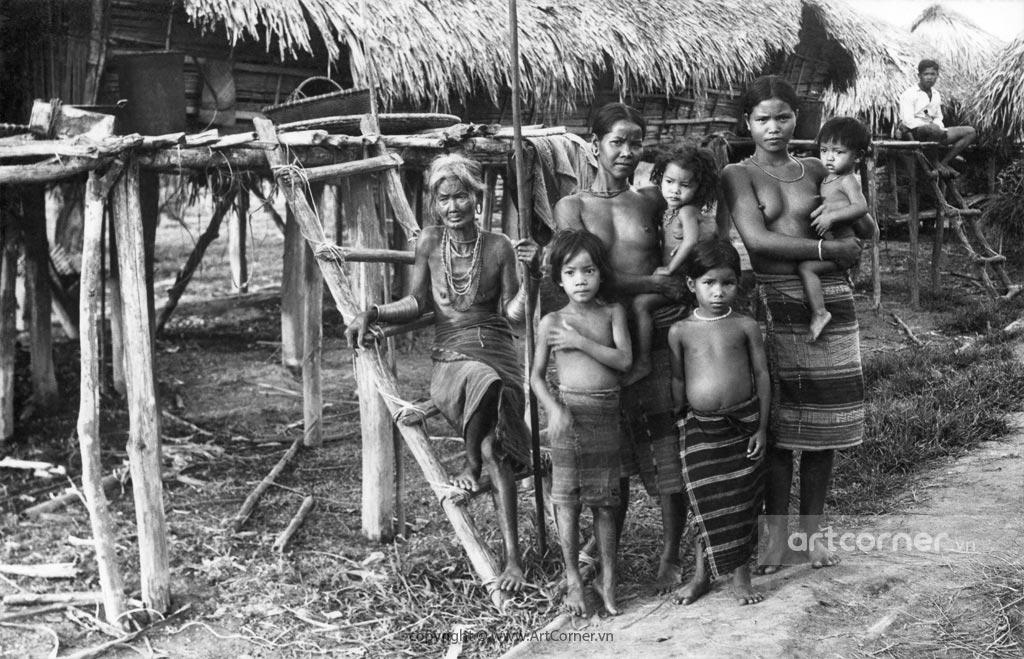 Đà Lạt xưa - A Family of The Ethnic People in Đà Lạt - Một Gia Đình Người Dân Tộc Bản Địa ở Đà Lạt - 1956