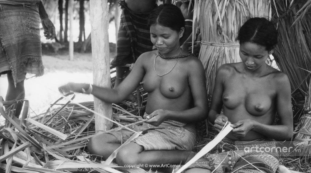 Đà Lạt xưa - Knitting Lạch Women - Thiếu Nữ Lạch Đan Lát - Đà Lạt - 1957