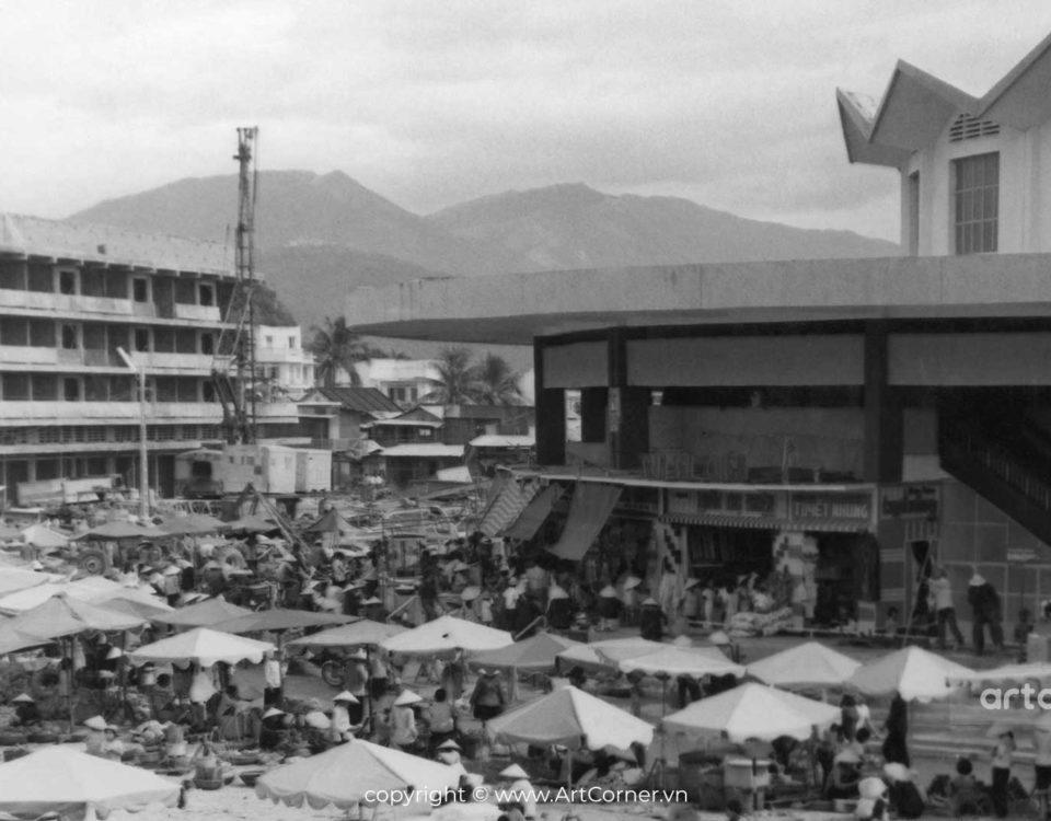 Nha Trang xưa - Toàn cảnh chợ Đầm (hai chung cư A và B đang xây dựng) - Đầm Market (blocks of flats A and B were in progress in construction) - Nha Trang - 1972