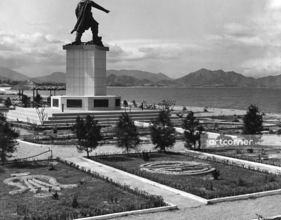 Nha Trang xưa - Trần Hưng Đạo Statue in Bạch Đằng Park - Tượng Trần Hưng Đạo trong Công viên Bạch Đằng - Nha Trang - 1970