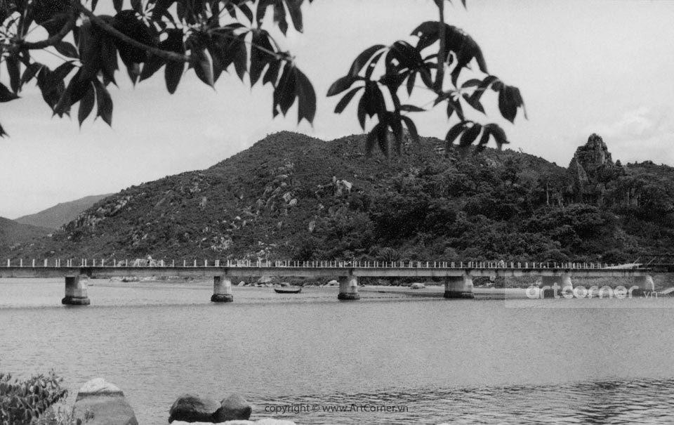 Nha Trang xưa - Tháp Bà Po Nagar và cầu Xóm Bóng - Po Nagar Temple and the bridge of Bóng Village - Nha Trang - 1957