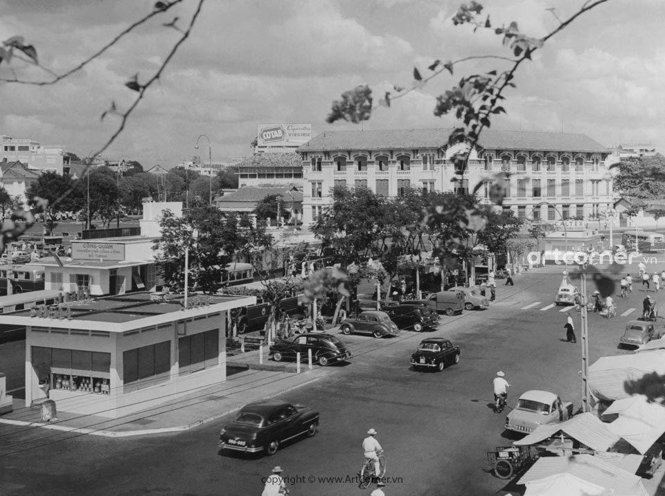 Sài Gòn xưa - Đường phố Sài Gòn, nhìn về phía Bến xe buýt Công Quản và Trụ sở Hỏa xa Việt Nam - 1957